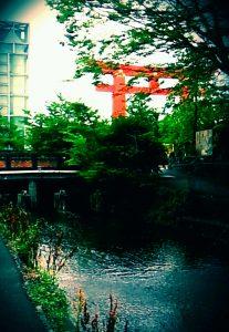 平安神宮大鳥居と水路